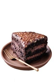 Кусок шоколадного торта на тарелке, изолированные на белом copyspace