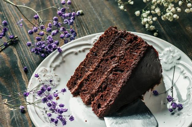 皿にチョコレートケーキのかけら