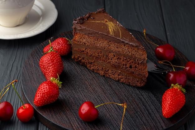 新鮮なベリーを添えたチョコレートケーキ