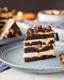 Кусок шоколадного торта с фундуком