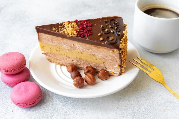 Кусок шоколадного чизкейка с орехами крупным планом