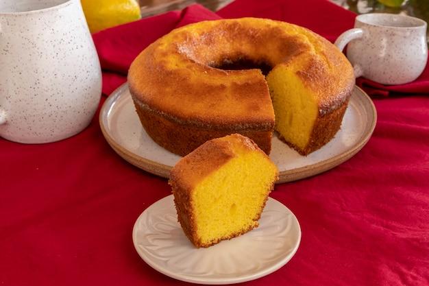 아침으로 오렌지를 곁들인 옥수수 가루 케이크 조각