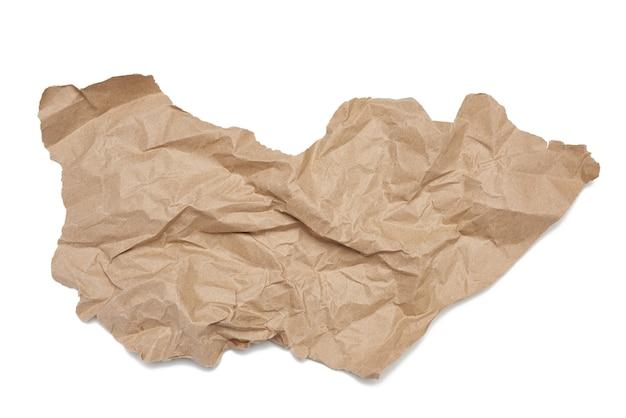 Кусок мятой коричневой бумаги, изолированные на белом фоне