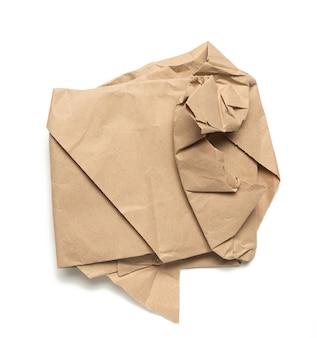 Кусок мятой коричневой бумаги изолирован