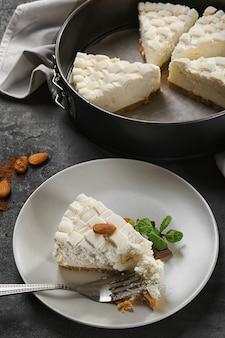 접시에 맛있는 치즈 케이크 조각