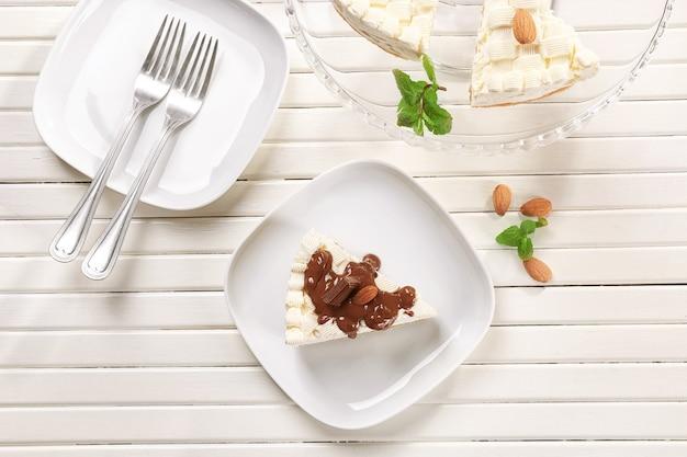 나무 테이블에 초콜릿과 함께 맛있는 치즈 케이크 조각