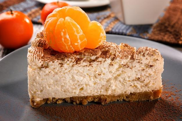 灰色のプレート、クローズアップにタンジェリンとおいしいチーズケーキの作品