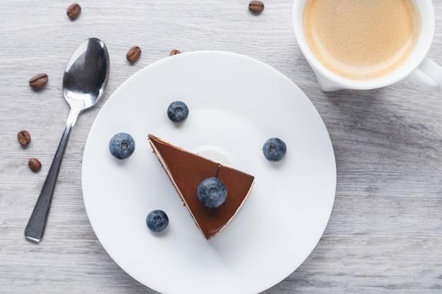 Кусок восхитительного шоколадного торта с тройным разноцветным суфле.