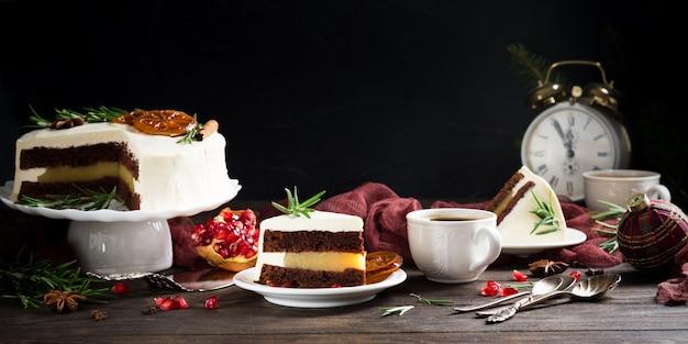 맛있는 초콜릿 케이크의 조각 프리미엄 사진