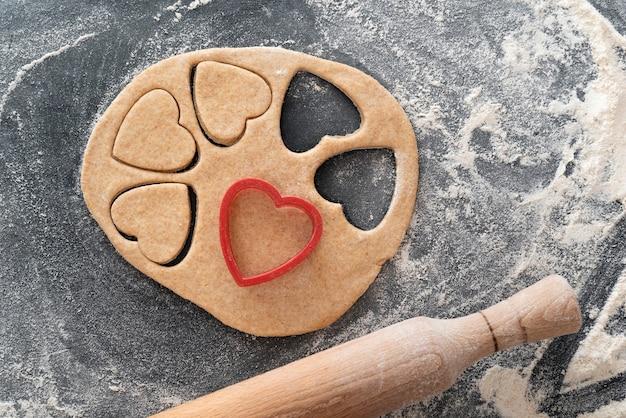 生地とクッキーカッターの一部。ハート型のショートブレッドクッキーを作るプロセス。
