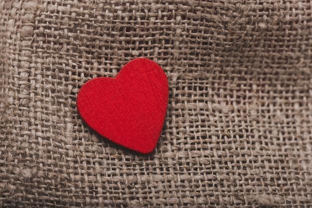 Кусок ткани с сердцем на вершине