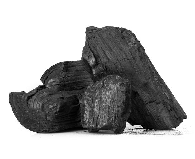 골절 된 나무 석탄 조각 흰색 배경 위에 절연
