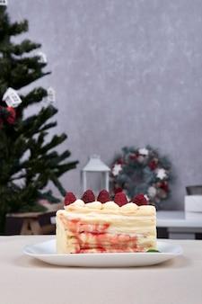 접시에 과일 파이의 조각입니다. 딸기와 케이크입니다. 크리스마스 배경입니다. 수직 프레임.