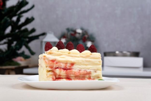 Кусок фруктового пирога на тарелке. торт с ягодами.