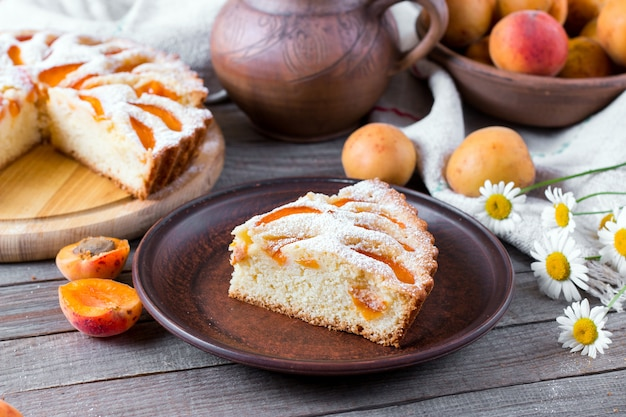 Кусок домашнего торта из каприкоса на деревянном столе