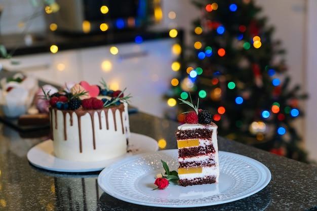 自家製のクリスマスケーキのウィスフルーツ。明けましておめでとうとメリークリスマスの背景。冬