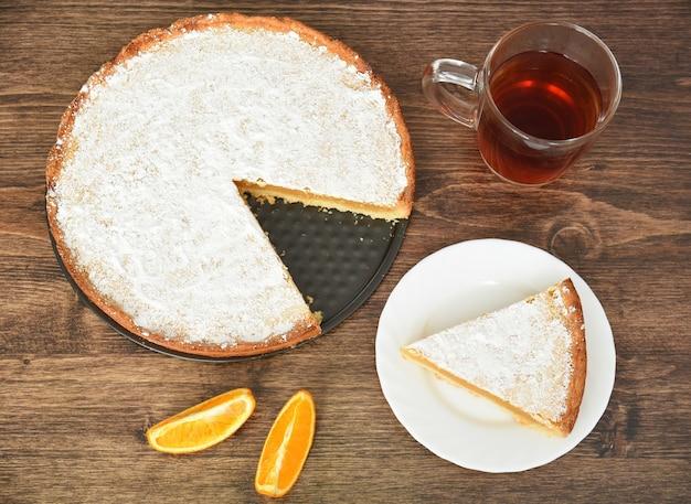 레몬과 오렌지 나무 테이블에 채우는 수제 파이의 조각