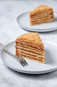Кусочек домашнего слоеного торта с вареной сгущенкой