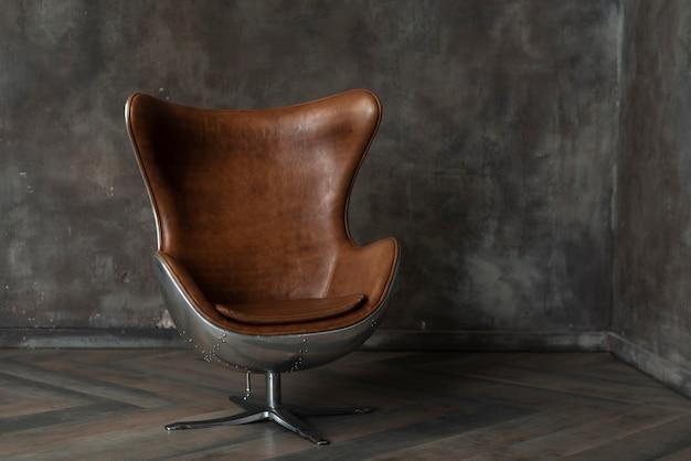 Кусок кожаной мебели в помещении