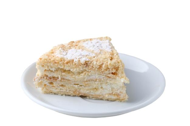 Кусок торта наполеона на тарелке, изолированной на белом copyspace