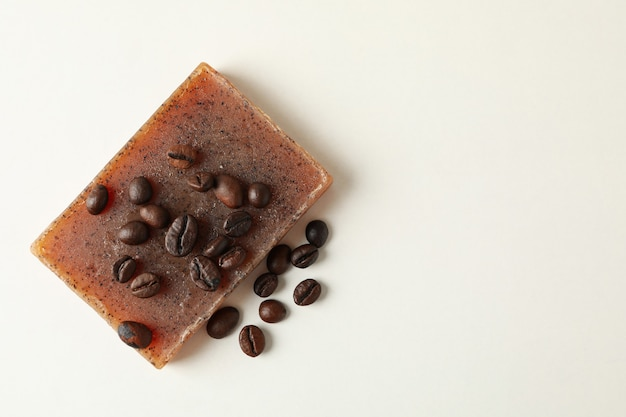 Кусок натурального кофейного мыла на белом фоне