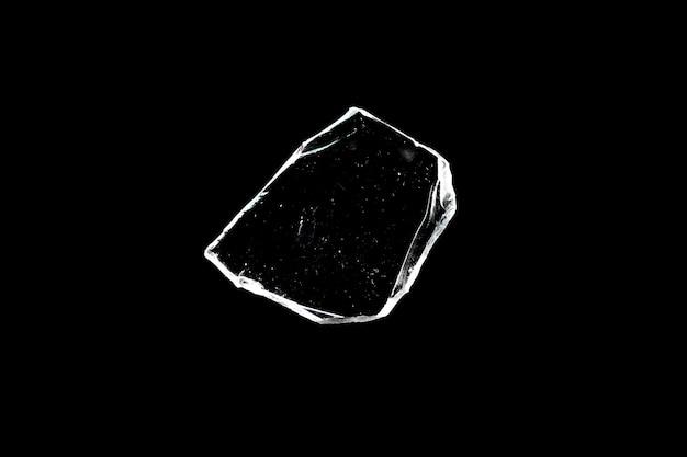 天然ガラス片は、黒い背景に対して断熱されています。高品質の写真
