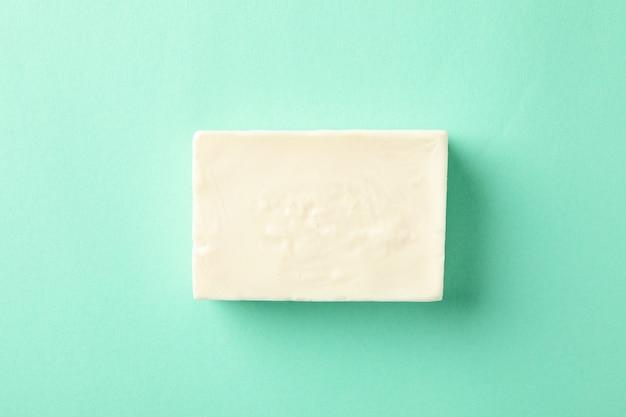 Кусок натурального мыла ручной работы на мятном фоне