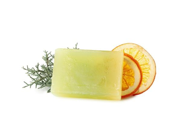Кусок натурального оранжевого мыла, изолированные на белом фоне