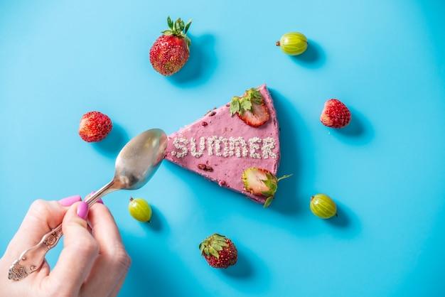 딸기와 핑크 무스 케이크의 조각