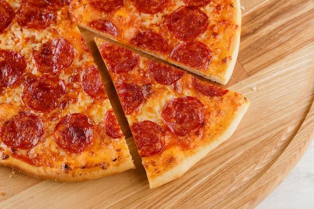 木製の机の上のピザのクローズアップ
