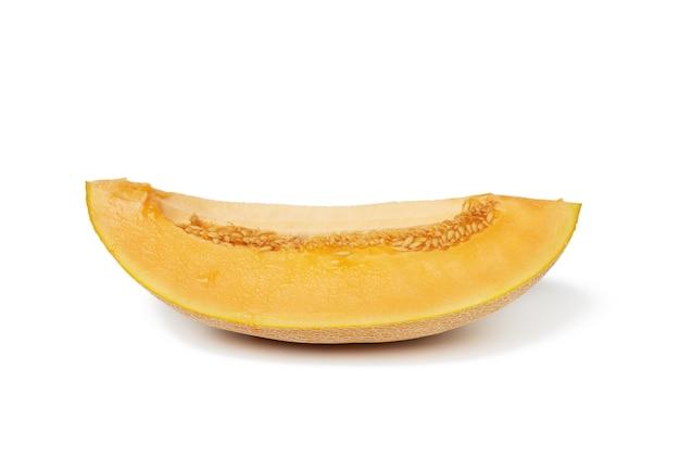 Кусок спелой дыни с семенами, мякоть апельсина, фрукты, изолированные на белом