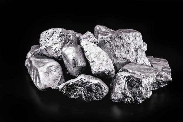 검은 배경에 돌 바닥에 은색 또는 백금 조각. 남아프리카에서 광석 수출