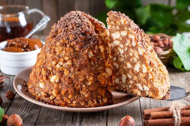 초콜릿, 연유 및 쿠키와 함께 달콤한 케이크 조각. 개미집 케이크