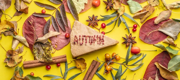 Кусочек вкусного муссового торта со словом осень, созданный из сушеных ягод