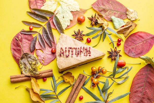 乾燥した果実から作られた秋という言葉でおいしいムースケーキ