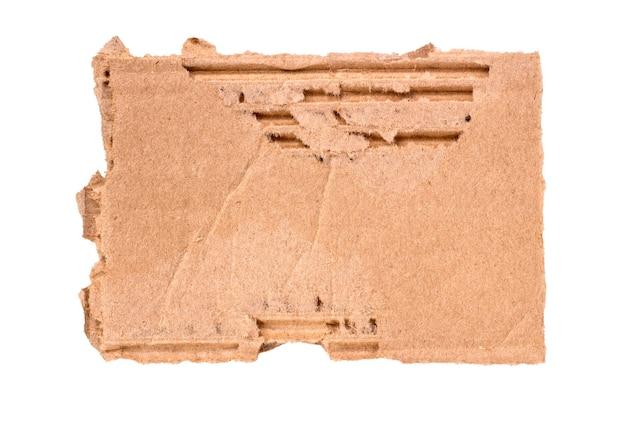 흰색 배경에 분리된 찢어진 판지 조각.