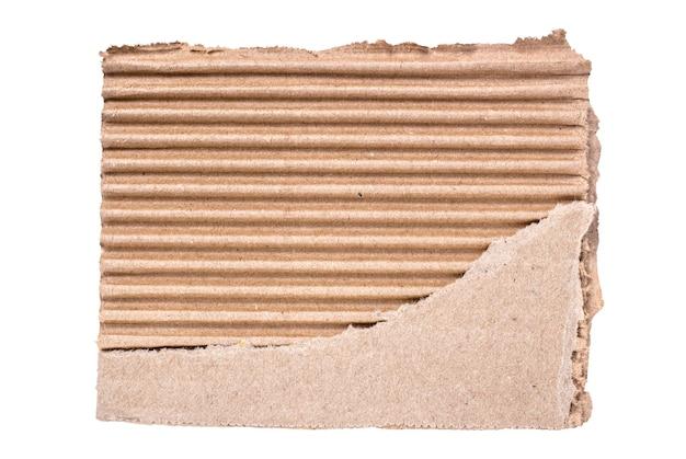 흰색 배경에 분리된 찢어진 판지 조각
