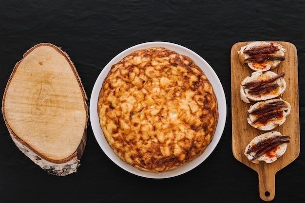 パイとサンドイッチの近くの木片