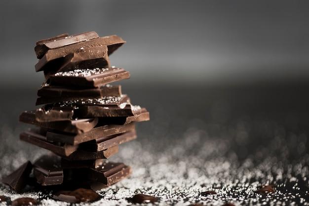Pezzi di cioccolato in un mucchio e copia spazio