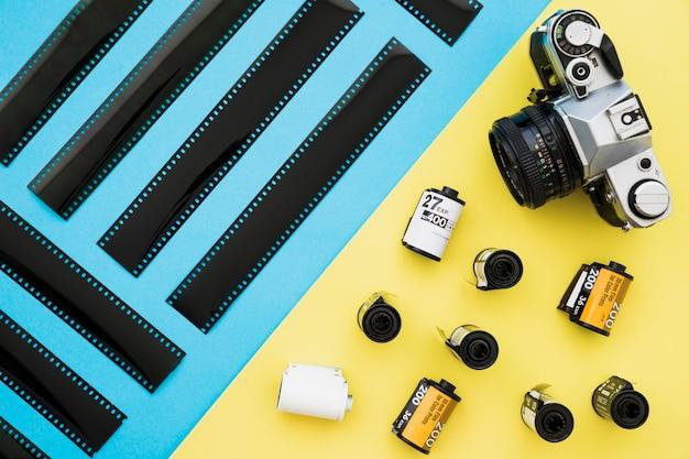 Pezzi di pellicola vicino a fotocamera e cassette