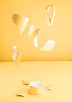 깨진 된 노란 찻잔의 조각