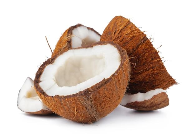 Кусочки кокоса на белом фоне