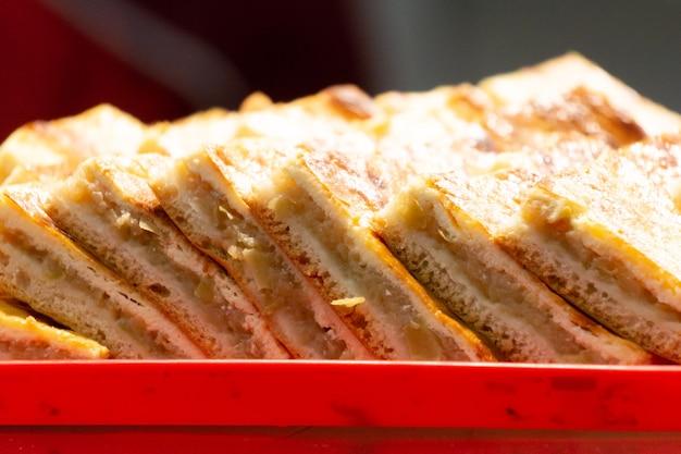 식품 시장에서 사과 케이크 조각