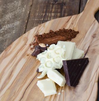 キッチンテーブルの上の黒と白のチョコレートのかけら