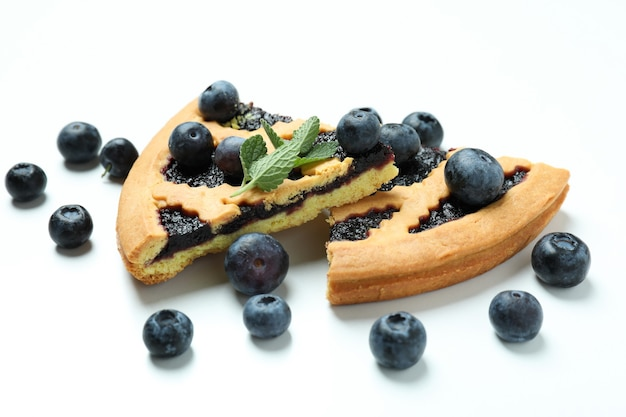 화이트에 딸기와 블루 베리 파이의 조각