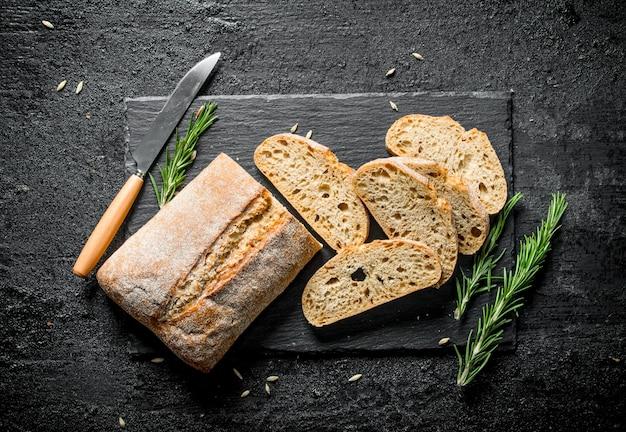 Кусочки хлеба чиабатта с розмарином