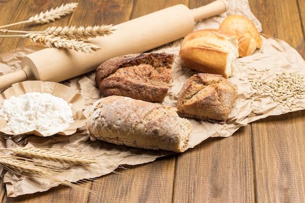 紙にパン、めん棒、小麦の小枝