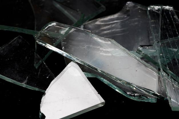 黒の背景に壊れたガラスの破片。高品質の写真