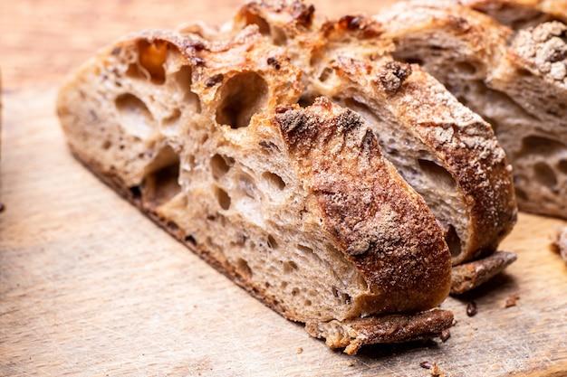 메밀 빵 조각입니다. 나무 판자에 얇게 썬 바게트.