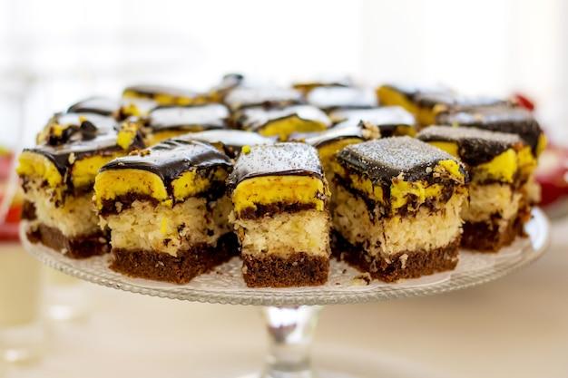 투명 접시에 케이크 조각. 연회 후 맛있는 디저트. 파티를위한 달콤한 케이크